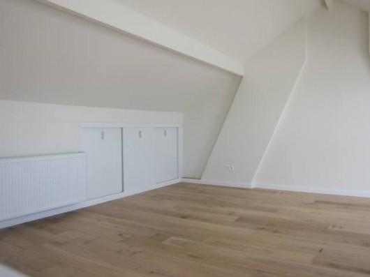 Zolder woonhuis met kastenwand