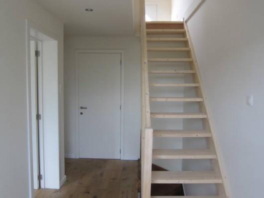 Nieuwe trap naar zolder woonhuis